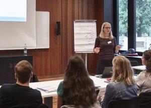 """Merle Becker gibt eine Schulung für das Projekt """"Start ins Deutsche"""" der GU Frankfurt"""