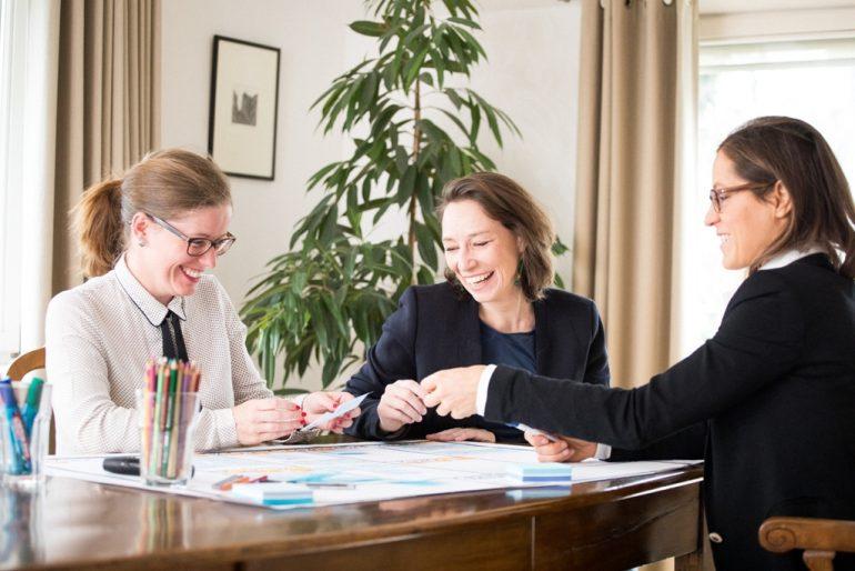 Michaela Brugger mit zwei Klientinnen als Coach beim Mentaltraining